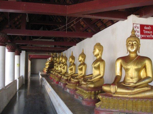 entourage de bouddhas à Phitsanulok