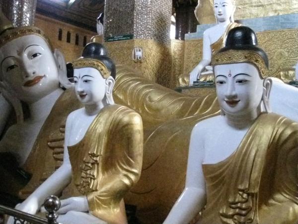 bouddhas entourant un bouddha couché