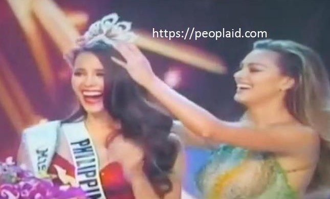 Catriona Gray being crowned Miss Universe 2018