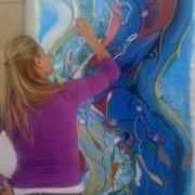 Χριστίνα Κωστοπούλου, η εικαστικός που ζωγραφίζει χαμόγελα και ομορφιά στα έργα της!