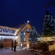 Μέσα σε 17 χρόνια έφτασε τα 55.000 Χριστουγεννιάτικα λαμπάκια