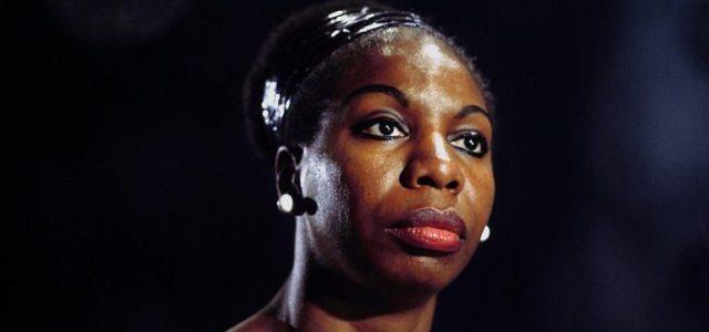 Η Nina Simone, εύθραυστη και ισχυρή συνάμα, «έμαθε να περπατά με χάρη στη λάσπη»