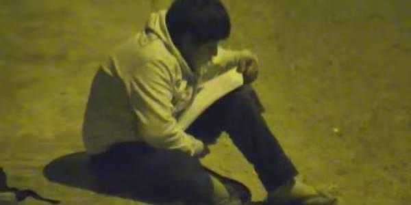 Η συγκινητική ιστορία ενός 12χρονου αγοριού που διαβάζει κάτω από μια κολώνα φωτισμού