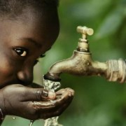 Ηλιακό εργοστάσιο στην Κένυα, κάνει πόσιμο το θαλασσινό νερό και ξεδιψάει 25.000 ανθρώπους!