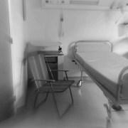 Μια καρέκλα δίπλα στο κρεβάτι