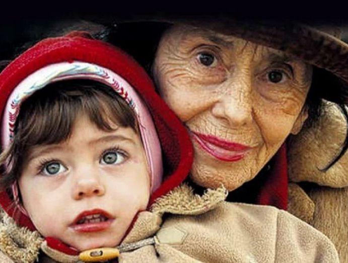 Γυναίκα γέννησε στα 66 της. Πώς είναι το κοριτσάκι μετά από 15 χρόνια;