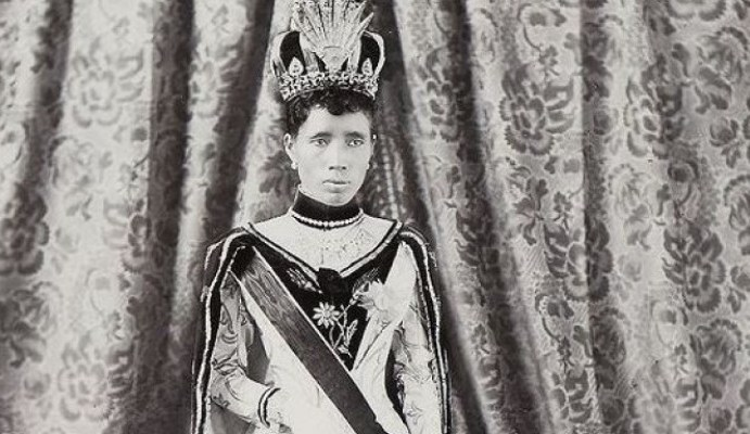 Eξορίστηκε και έγινε fashion icon: Η ιδιαίτερη ιστορία της βασίλισσας της Μαδαγασκάρης: Ο πρωθυπουργός δηλητηρίασε τον άντρα της για να χηρέψει (στα 22 της) και να την παντρευτεί!