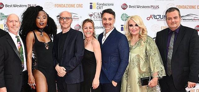 Η τελετή λήξης του διεθνούς φεστιβάλ Amicorti με Χολυγουντιανούς αστέρες και έντονη ελληνική παρουσία… Η Ελληνόφωνη ταινία του Ιταλού σκηνοθέτη Giulio Mastromauro κέρδισε το βραβείο καλύτερης ταινίας