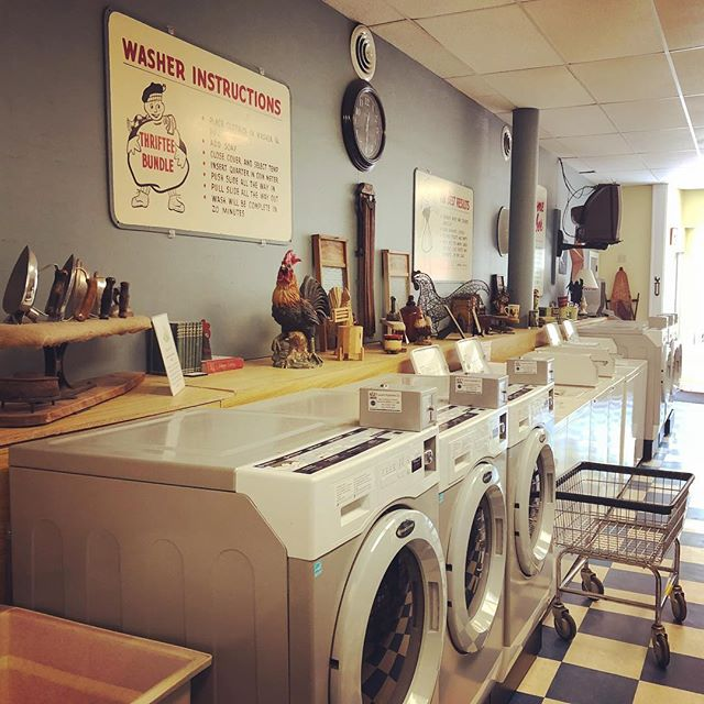 Back up in Whitehall, drop in to visit our favorite laundromat so far. #shantyboat #laudromat