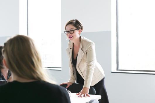 woman-leads-team-meeting_925x