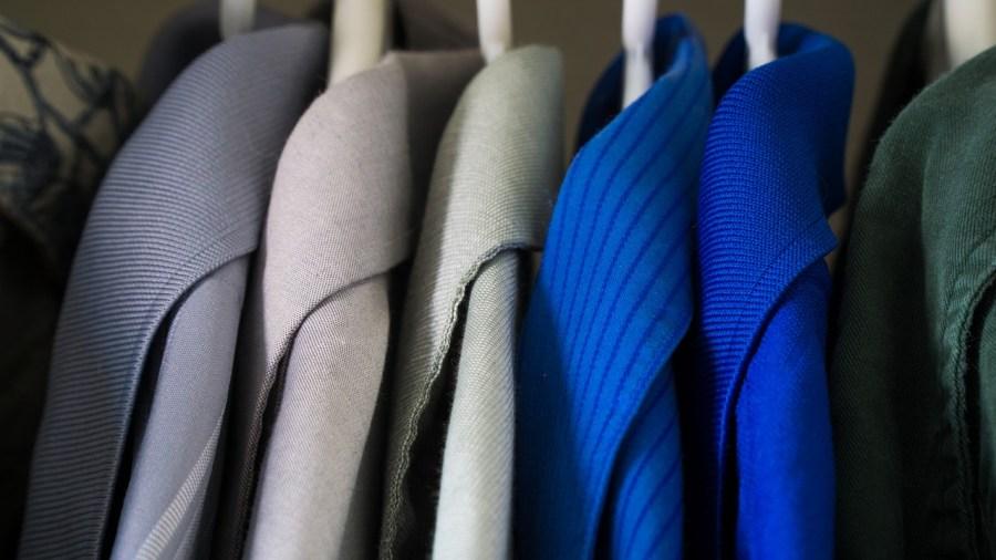 limpiar un abrigo. Abrigos limpios en el armario.