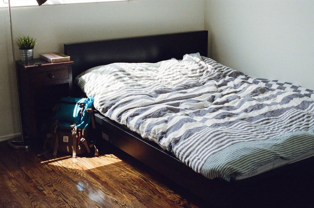 adolescentes organizados. cama juvenil hecha por adolescente.