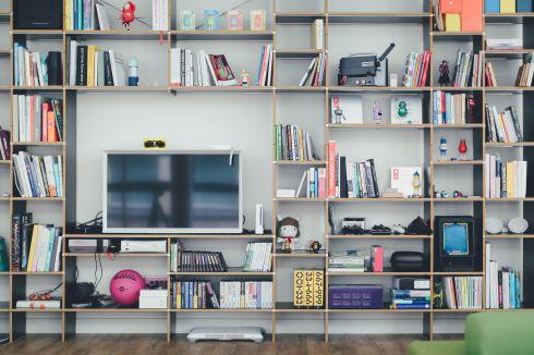ordenar la casa, trucos para organizar la casa, la casa limpia y ordenada, estantería de salón ordenada