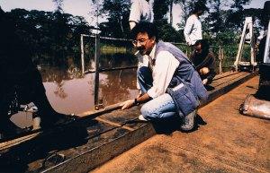 Colaborando para vadear un río con los todoterrenos desde Ngara a Benako. Foto: LUIS DAVILLA