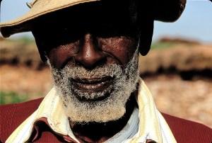 En Eritrea, un anciano aislado en las montañas aún gritaba consignas a favor de Vittorio Emanuele III, el monarca italiano durante el facismo que abdicó en 1946. Foto: LUIS DAVILLA.