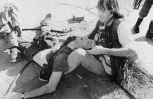 Ken Oosterbroek agoniza sobre el terreno el 18 de abril de 1994