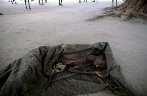Viejos y niños morían en cualquier parte sin que nadie pudiera hacer nada por ellos. (Foto: LUIS DAVILLA)