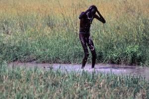 Hambre en Sudán: la aventura hasta la valla excluye a los débiles de espíritu y, sobre todo, a los débiles de cuerpo entero. (Foto: LUIS DAVILLA)