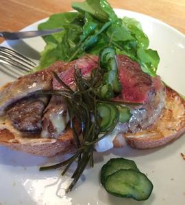 MISOステーキのオープンサンドイッチ