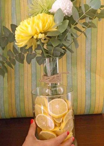 Este centro de mesa original con limones amarillos y flores es de lo más fácil de hacer y queda precioso. Es una idea estupenda y con un poco de imaginación puedes inspirarte y crear más arreglos florales. Ahora que llega el frío (lo estamos esperando en el jardín de Pepeplana.com) este centro de mesa que es una de las manualidades de otoño que dan un toque personal a tu casa y crean un ambiente cálido y lleno de color. Es un centro de mesa original con limones amarillos y flores de la misma tonalidad.