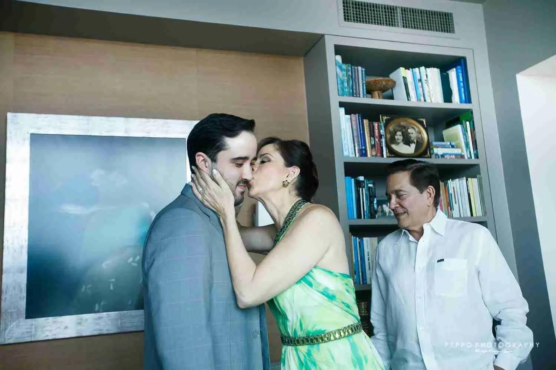 Mama de Jorge demostrándole su amor y felicidad