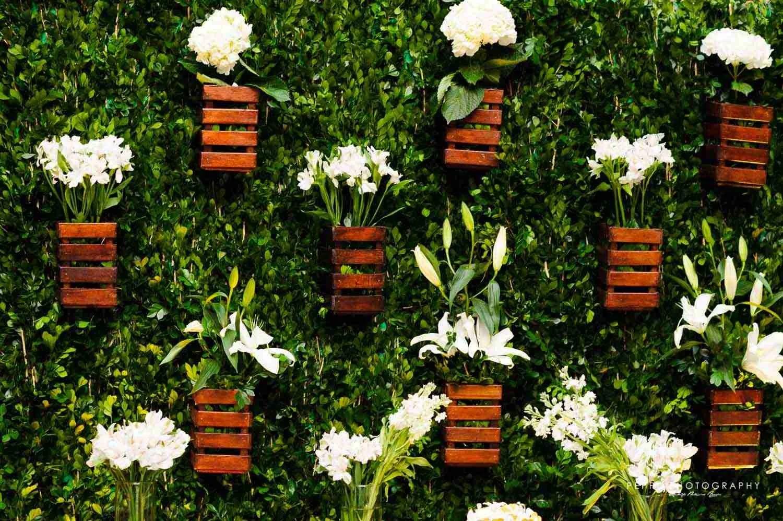 Detalles de la entrada con flores y verde