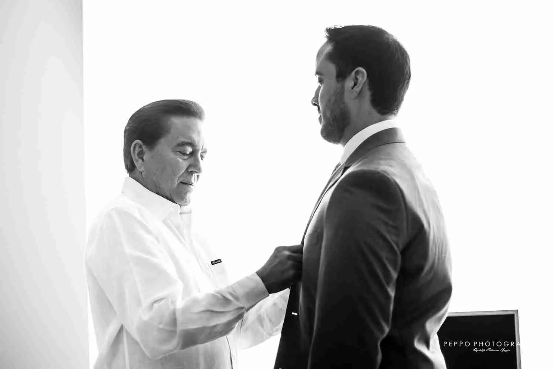 Jorge con su papa terminando de arreglarse para su Boda Civil