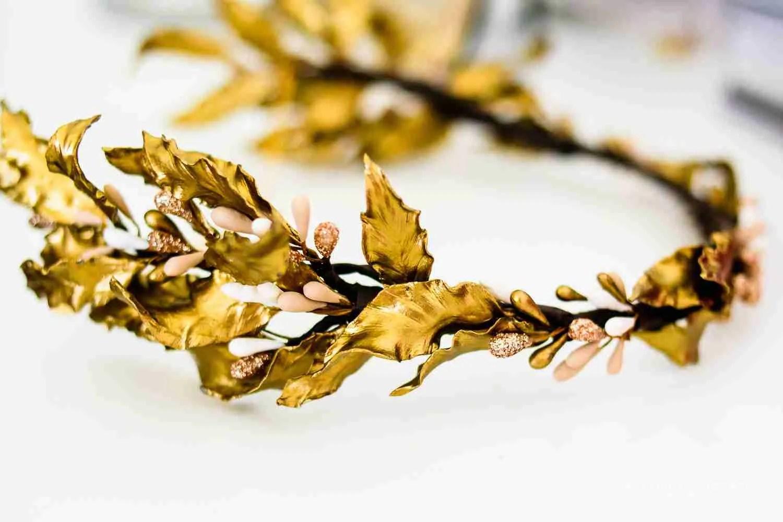 Corona de Laureles bañado en oro , accesorio de Johanna