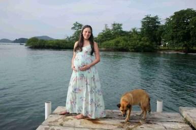 Shana en el muelle y de fondo el mar Caribe