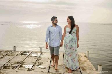 Shana y Ricardo mirandose mientras caminan
