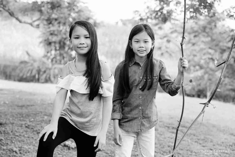 imágenes de gemelas en exteriores