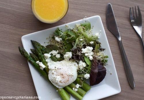 Receita de almoço com aspargo, ovo e salada, almoco refrescante