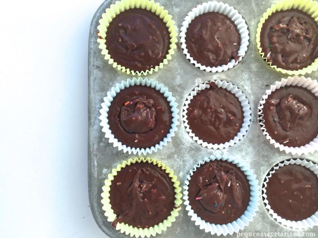 Receita de cupcake vegano de chocolate, cupcake vegan para a pascoa, cupcake vegan para aniversario, receita de cupcake vegan facil, cupcake vegano, cupcake de chocolate, pequena vegetariana, cobertura de cupcake vegan, cupcake com granulados,