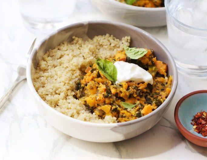 Tigela de quinoa com batata doce e misso