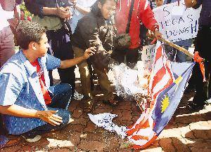 """Polis Halang Bendera Daripada Cubaan """"Sweeping"""" Warga Malaysia"""