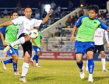 Keeper Syed Adney fails to hold Azidan's free kick