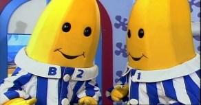 Spis bananer i pyjamas