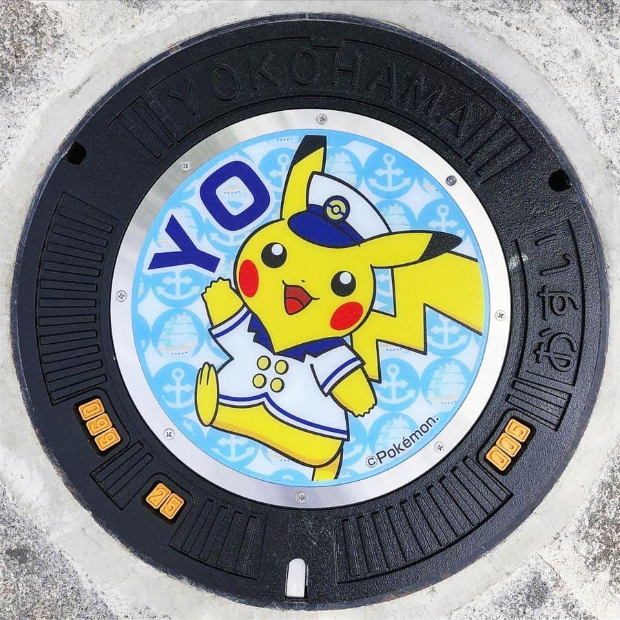PokéPlak avec Pikachu capitaine et le Yo de Yokohama sur un fond bleu à motifs d'ancre et de navires