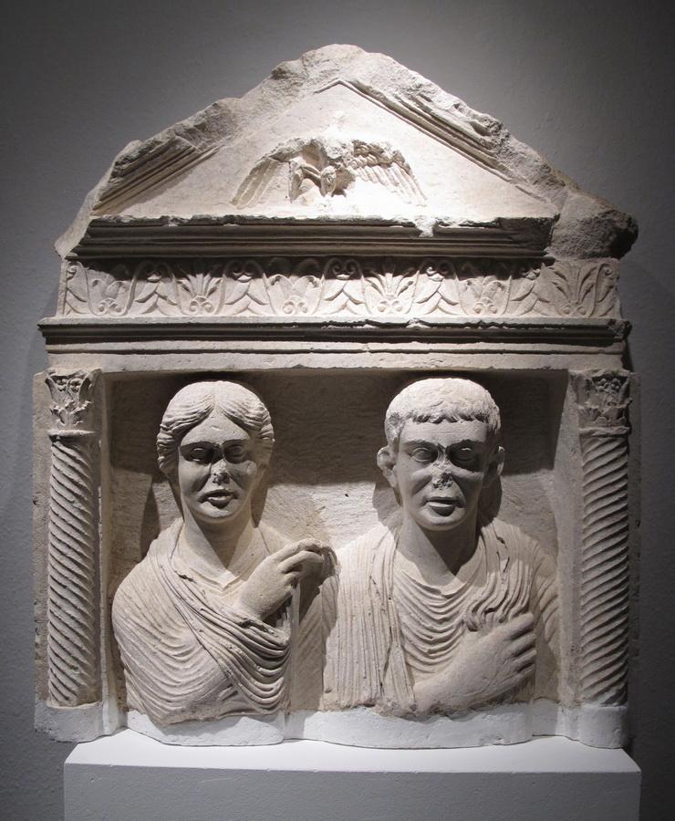 Nadgrobna stela s likovima muškaraca i žene, Salona, pr. pol. 1.st.