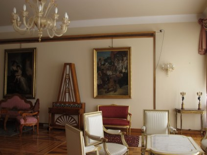 Južni salon - piramidalni klavir, rad zagrebačkog majstora A. Valentinčića