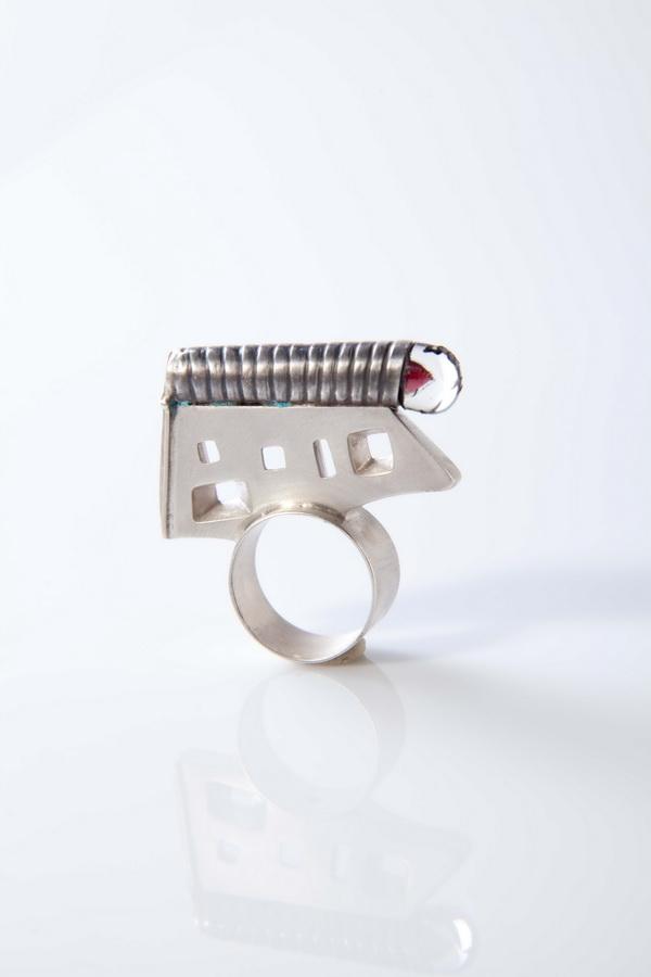 Andrea Rosandić - La Chapelle prsten (srebro, staklo, kontur masa, smola, akrilna boja), foto: Mario Majcan