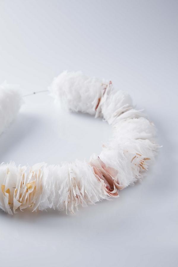 Petra Podnarčuk - Fleurs de (nor)mal ogrlica (gaza, suho cvijeće, čelik), foto: Mario Majcan, ogrlica