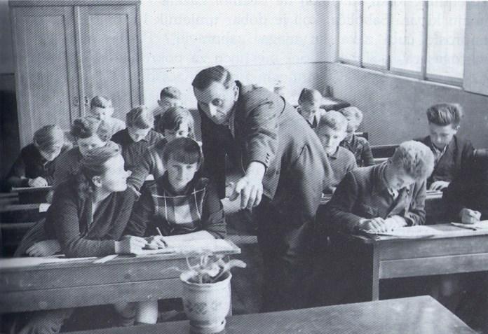 Ivan Generalić kao predavač likovnog odgoja u OŠ Hlebine 1956-1957., foto Milan Pavić