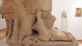 Sjedeća figura VII, 1976.; terakota (detalj)