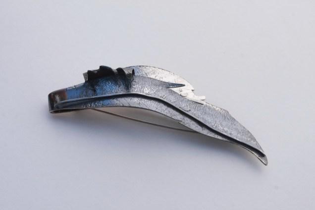 List na vjetru - broš; srebro, patina