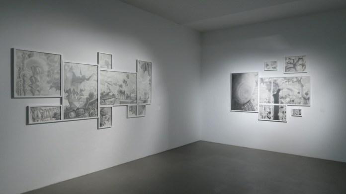 Postav izložbe: Sretan kraj, 2018., poliptih. olovka na papiru, 150 x 300 cm i Paklena idila 2015., poliptih, olovka na papiru, 160 x 220,5 cm