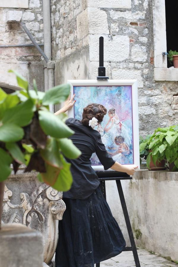Sandra Radić Parać u dvorištu ateljea u Trogiru, 2011.