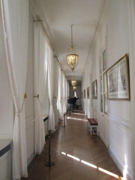 A nice, elegant but not gaudy hallway.