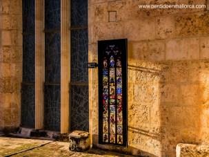 Cada vidriera posee un panel que cuenta a qué esta dedicada, así como su representación como si fuera vista desde el interior de la nave catedralicia