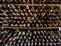 Cava de botellas de vino añejo.